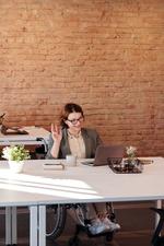 Eine Frau am Schreibtisch