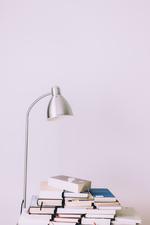 Eine Lampe und ein Bücherstapel