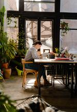 Frau sitzend am Schreibtisch
